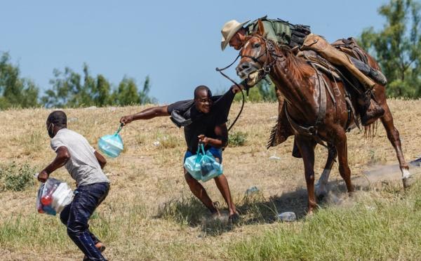 Etats-Unis : des gardes-frontières à cheval choquent en repoussant des migrants